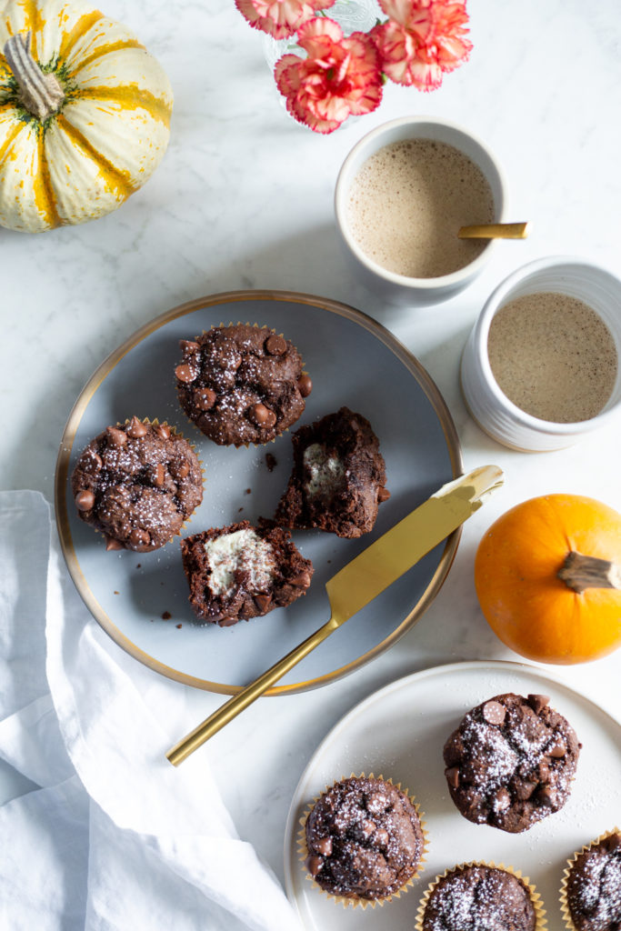 "https://ohsheglows.com/ ""width ="" 595 ""height ="" 893 ""srcset ="" https://ohsheglows.com/wp-content/uploads/2018/10/onebowlpumpkinchocolatemuffinsvegan-1225-683x1024.jpg 683w, https : //ohsheglows.com/wp-content/uploads/2018/10/onebowlpumpkinchocolatemuffinsvegan-1225-200x300.jpg 200w, https://ohsheglows.com/wp-content/uploads/2018/10/onebowlpumpkinchocolatemuffinsvegan-1225-768x1152. jpg 768w ""tailles ="" (largeur max: 595px) 100vw, 595px ""/>  <p><em>Soyons social! Suivez Angela sur Instagram @ohsheglows, Facebook, <a href="