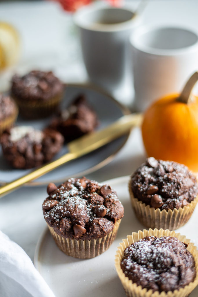 "https://ohsheglows.com/ ""width ="" 595 ""height ="" 893 ""srcset ="" https://ohsheglows.com/wp-content/uploads/2018/10/onebowlpumpkinchocolatemuffinsvegan-1236-683x1024.jpg 683w, https : //ohsheglows.com/wp-content/uploads/2018/10/onebowlpumpkinchocolatemuffinsvegan-1236-200x300.jpg 200w, https://ohsheglows.com/wp-content/uploads/2018/10/onebowlpumpkinchocolatemuffinsvegan-1236-768x1152. jpg 768w ""tailles ="" (largeur max: 595px) 100vw, 595px ""/>  <p><span style="